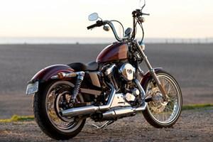 Fototapeten? Peter Alexander Filme? Harley Davidson selbst erinnert in der Presseaussendung zur neuen Sportster an Tropfkerzen, Slime, Herrenhandtaschen und Bandsalat.