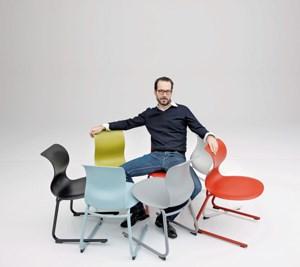"""Schaut aus wie eine Benetton-Werbung, ist auch von Oliviero Toscani fotografiert: Konstantin Grcics Schulmöbel """"Pro"""" (für Flötotto) soll vor allem für einen spielerischen Umgang mit dem Sitzen sorgen."""