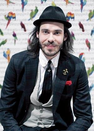 Der Schwede Sebastian Dollinger (28) fing vor zehn Jahren bei Eton im Lager an. Nach einer Zwischenstation bei Harrods in London wurde er 2010 Chefdesigner bei Eton in Stockholm. Eton stellt seit 1928 hochwertige Hemden her.