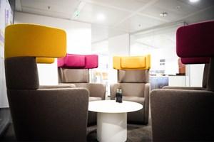 Alternative Sitzmöglichkeiten: Cafeteria und Lounge Chairs wie etwa im neuen Coke-Office im Wiener Euro Plaza sind das Um und Auf in einem Großraumbüro, sagen Architekten.