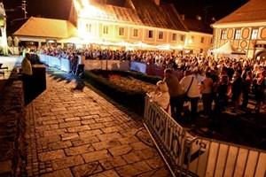Anreise: am besten mit dem Auto. Gäste des Spa & Sport Resort Sveti Martin werden auf Wunsch vom Flughafen bzw. Bahnhof Maribor abgeholt. Die Anreise per Bahn nach Sveti Martin bzw. Cakovec ist der komplizierten Anschlüsse wegen nicht zu empfehlen. Näheres zu Cakovec unter www.tourism-cakovec.hr bzw. Tel.: 00385/40 31 33 19, zu Sveti Martin unter www.svetimartin.hr bzw. Tel.: 00385/40 86 82 31. Varazdin, das wirtschaftliche und kulturelle Zentrum Nordkroatiens, ist alljährlich Ende August, Anfang September Schauplatz des Spancirfests, eines zehn Tage dauernden Straßenfests. Tourismusinfos zu Varazdin via www.tourism-varazdin.hr, Ivana Padoca 3, Tel.: 00385/20 09 85.