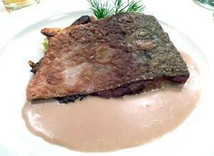 Karpfen - halbe Portion, praktisch der Moby-Dick-Teller auf Fidlers Wunsch. Durchaus anständig, die Sauce vieeeel schöner als auf dem Bild. Möchte ja nicht wissen, wie ein ausgewachsener Karpfen hier aussieht.