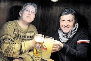 Der Austrianer Felix Gasselich (links) und der Rapidler Karl  Brauneder  stoßen mit passenden Gläsern aufs 300. Derby an. Die Rivalität hat sich  immer nur  auf den Platz  beschränkt.