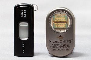 Der Medikamentenspender (rechts) neben einem gewöhnlichen Memorystick.