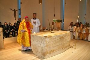 Gestern noch Stamm einer Bregenzer Tanne, heute Arbeitstisch für den Linzer Diözesanbischof Ludwig Schwarz im ...