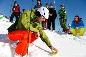 """Einen Tag lang werden im Kurs Basics im Umgang mit jenem """"Spielplatz"""" vermittelt, der sich längst zum Maß aller Schnee-Dinge entwickelt hat: der freie Skiraum."""