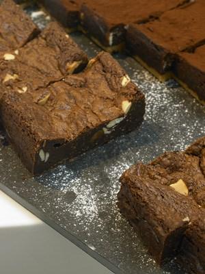 ... oder saftige Brownies: Bei fast allen Rezepten gibt es eine kleine Geschichte dazu.