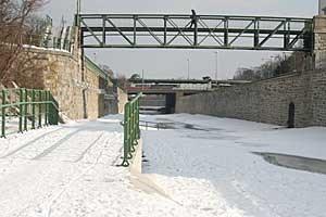 Der Wiental-Highway endet beim Verkehrsknotenpunkt Kennedy-Brücke. Ein Ausbau über den Naschmarkt ins Stadtzentrum wird vorerst nicht realisiert.