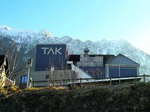 Theater mit echter Kulisse: das TAK (Theater am Kirchplatz) vor den Drei Schwestern (Bergkette, nicht Tschechow) in Schaan, Liechtenstein.