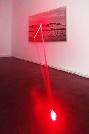 """Den Einsatz von Laser für ihre Installation hat Export schon früh angedacht und nun für """"Metanoia"""" in der Galerie Charim realisieren können: """"Aus dem geometrischen Skizzenbuch der Natur: Geometrische Figurationen in Dünenlandschaft"""" (1973/2012)."""