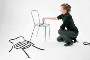 Designerin Inga Sempé beim Polstern eines Metallsessels (für Via).