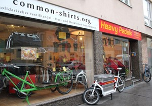 Über das erste und einzige Lastenrad-Unternehmen in Wien, die Heavy Pedals, wurde schon oft berichtet, und das ist gut so. Transporte mit dem Lastenrad durch die Wiener City sind nicht nur umweltfreundlich, sondern oft auch schneller als mit einem Kfz ...