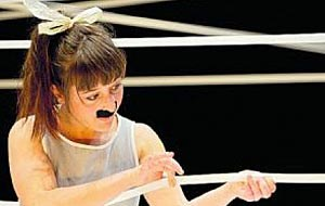 """Was man mit Klebestreifen nicht alles machen kann! Ein Chaplin-Double in """" Tixo für Dreikäsehochs""""."""