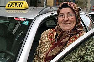 Feride Saymaz mit ihrem Taxi. Sieist in der Türkei aufgewachsen und Anfang der 1970er Jahre mit ihrem Mann nach Österreich gekommen.
