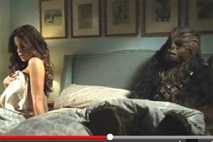 """Ein enormes Staraufgebot im """"The Movie""""-Trailer, Chewbacca in einer pikanten Bett-Szene."""