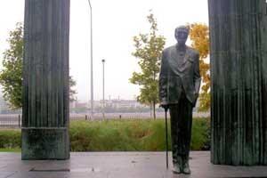 Das Denkmal des ersten Präsidenten nach dem Ersten Weltkrieg, Graf Mihály Károlyi, auf dem Platz vor dem Parlament soll den Umbauarbeiten zum Opfer fallen.