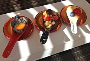 Dreimal Dessert - Creme Brulee vom schwarzen Sesam, unser beider Favorit, daneben Anmitsu-Gelee mit frischen Früchten und Miso Panna Cotta