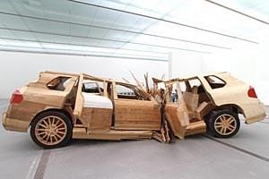 """""""Erst im Unfall mit Totalschaden erreicht die vulgäre Anmut eines Porsche Cayenne ihre ekstatische Vollendung"""", kommentieren Folke Köbberling und Martin Kaltwasser ihren """"Crushed Cayenne""""."""