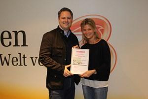 Lilli Gerlich, Senior Marketing Communication Manager und Alexander Binder, Media Manager freuen sich über die etat.at-Maus.