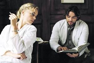 """Zwei strafversetzte Ärzte in der Provinz eines versteinerten Landes: Nina Hoss und Ronald Zehrfeld finden in Christian Petzolds """"Barbara"""" auf eine distanzierte Weise aneinander Gefallen."""