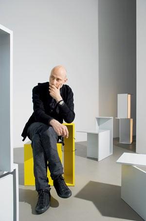 """Clemens Tissi und seine Objekte namens """"Armhocker""""."""