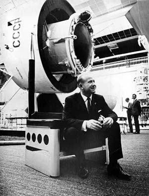 """...und der russische Kosmonaut Alexej Leonow auf """"Galaxy"""" von Walter Pichler (1968)."""