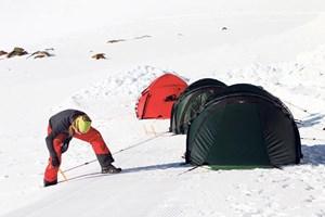 Zelten am Berg mit extrabreiten Schneeheringen.