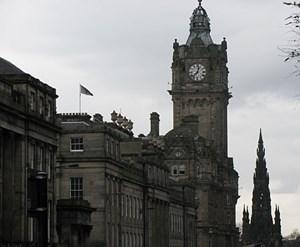 Sein Uhrturm ist ein Wahrzeichen der Stadt.