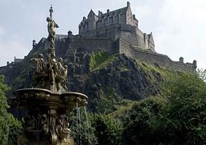 Edinburgh, die Hauptstadt Schottlands hat etwa 550.000 Einwohner, etwa 300 Hotels, davon vier Fünf-Sterne-Unterkünfte.