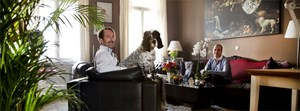 """Die Gastronomen Sven und Felix Strasser betreiben gemeinsam das Restaurant """"Ein Wiener Salon"""". Hier sind die beiden in ihrem Wohnzimmer zu sehen."""