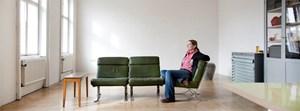 Ulrike Lienbacher im größten Zimmer der Wohnung, das gelegentlich auch als Atelier herhalten muss. Von hier aus überblickt sie den ganzen Volkertplatz.