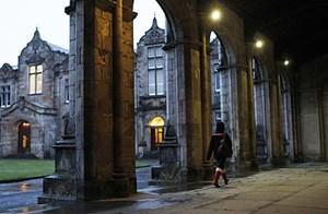 Die Universität von St. Andrews ist die älteste von Schottland. Hier lernten sich nicht nur Prince William und Kate Middleton kennen, sie war auch Drehort für einige Szenen zu den Harry-Potter-Verfilmungen.