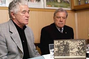 "Rudolf Flögel, Hans Buzek und die gut sortierten Legendenfotos. In der ""Floridsdorfer Stuben""."