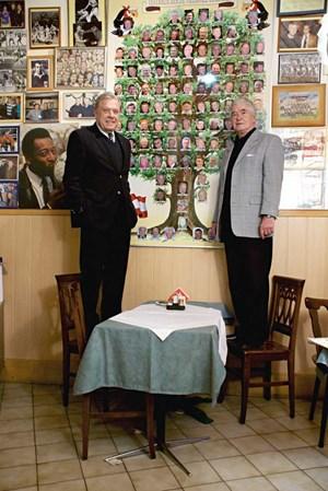 Buzek und Flögel schauen sich den Stammbaum der österreichischen Fußball-Legenden genauer an.