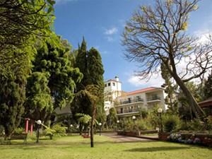 Es gibt auf Madeira und auch auf dem Festland Portugals zahlreiche alte Herrenhäuser, die nun als Hotels bewohnbar sind. Unter der Marke Quintas da Madeira haben sich acht solcher zusammengeschlossen. Das Konzept: Ein historisches Landhaus mit großem Garten muss vorhanden sein. Viele bieten außerdem Spa-Anlagen, Pool oder Golfplatz: www.quintas-madeira. comEin Tipp für Kunstinteressierte ist das Kunstzentrum Casa das Mudas in Calheta. Karger Basaltstein beherbergt umso buntere Kunst. Außerdem eine Bibliothek, ein Auditorium und ein Restaurant: www.centrodasartes.com