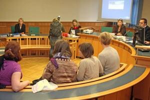 Prozessstart gegen vier Studierende (im Vordergrund), dahinter v. li.: Verteidigerin Anja Oberkofler, Staatsanwältin Nina Mayrgündter sowie, ganz rechts, Richter Gerald Wagner.