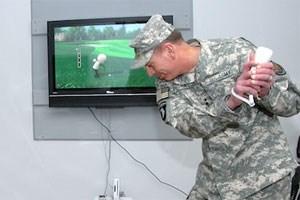 CIA-Direktor David Petraeus beim Wii-Spielen. In Zukunft sollen Personen über vernetzte Geräte ausspioniert werden.