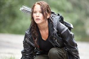 Jennifer Lawrence als geprüfte Heldin mit Pfeil und Bogen.