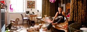 """""""Ich liebe Kitsch. Je kitschiger, desto besser. Aber noch mehr Sammeln geht nicht, sonst muss ich ausziehen."""" Marianne Kohn in Wien-Neubau."""