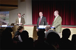 OMV-Geschäftsführer Christopher Veit (Mi.) versucht das Publikum in Poysdorf zu beruhigen.