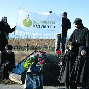 Die Mitglieder der Bürgerinitiative bei der symbolischen Beerdigung des Weinviertels.