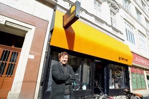 """Wolfgang Leitner vor seinem neu gestylten """"ig fahrrad""""-Shop. Hier trifft Retro auf Hightech - im Zentrum steht der Servicegedanke."""