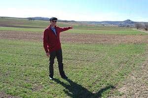 Weinbauer Wolfgang Rieder deutet auf jene Stelle, an der es bereits Probebohrungen gegeben haben soll.