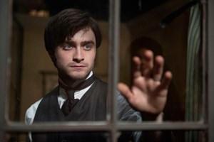 Anwalt Arthur Kipps (Daniel Radcliffe) muss einen verfluchten Nachlass ordnen.