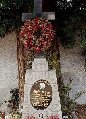 Der Platz, wo Alois und Klara Hitler beerdigt sind, kann neu vergeben werden.