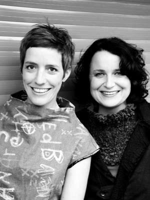 Cloed Baumgartner (li.) und Jasmin Ladenhaufen sind Designerinnen und die Macherinnen des Modepalasts, der vom 13. bis 15. April im OÖ Kulturquartier in Linz und vom 4. bis 6. Mai im Museum für angewandte Kunst in Wien zu sehen ist. www.modepalast.com