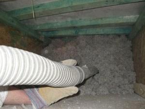 Die natürlichen Materialien sind mit Salzen behandelt, damit sie nicht brennen und nicht als verbauter Dämmstoff verroten.