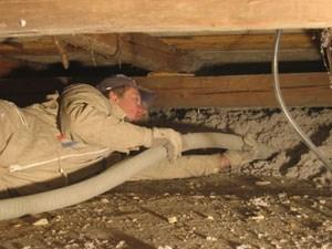 Das Einblasen des Dämmstoffes macht die Verarbeitung leichter und spart auch Platz, weil etwa die Zellulose direkt vom Lkw ins Dach geblasen wird.
