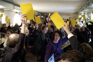 Gelbe Zettel für das Zustimmen, rote für Meldungen zur Tagesordnung: An diesem Tag wird häufig abgestimmt, Basisdemokratie ist bei den Piraten Pflicht.