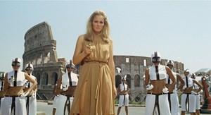 """Diese Frau schießt ungewöhnlich scharf: Ursula Andress ist in Elio Petris """"Das 10. Opfer"""" als verführerische Amerikanerin auf Beutezug in Rom."""